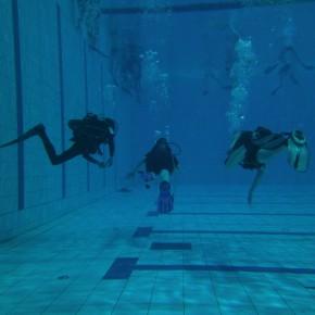 В бассейне достаточно глубоко чтобы научиться нейтральной плавучести