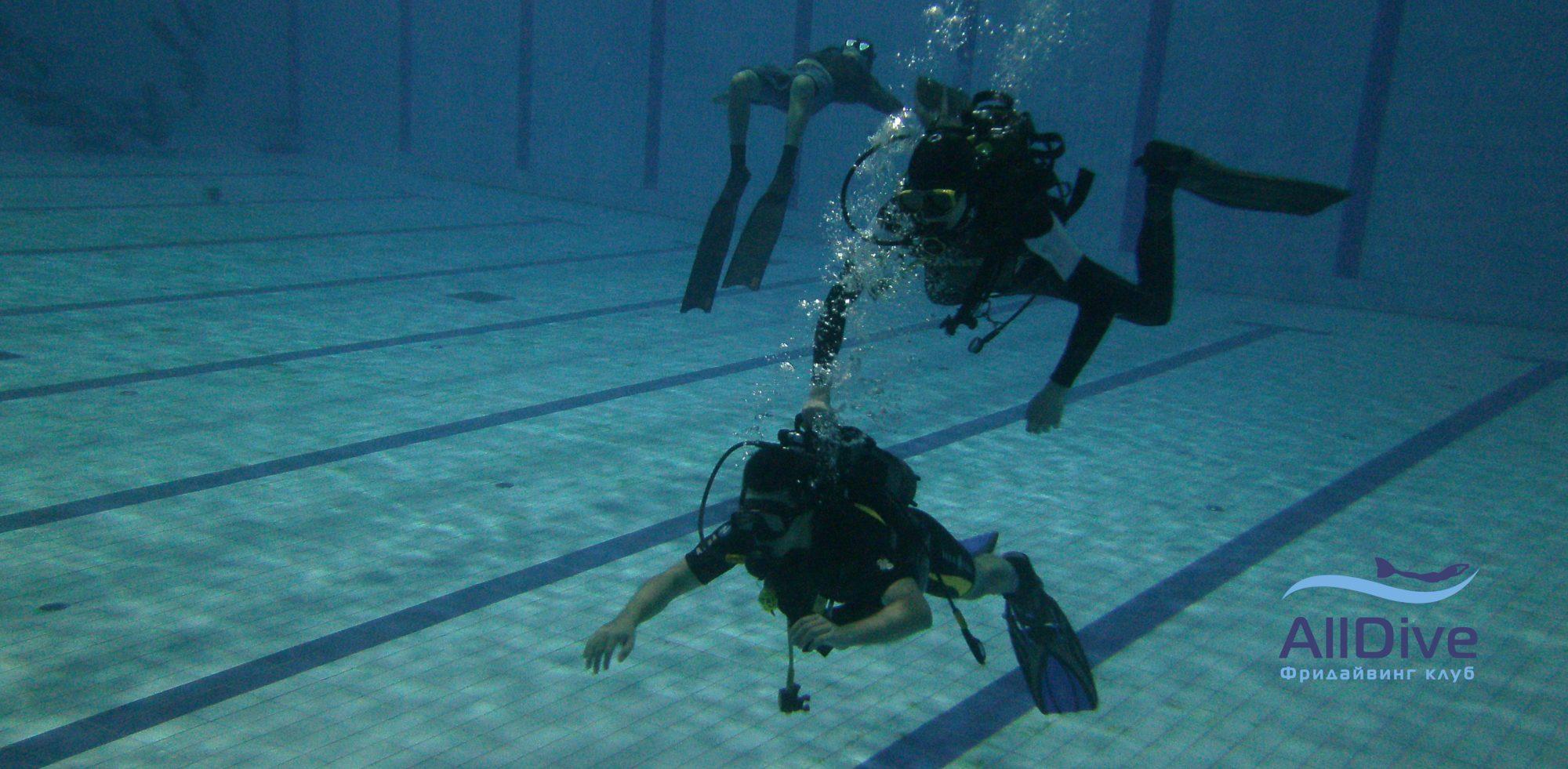 Пробное погружение с аквалангом в бассейне
